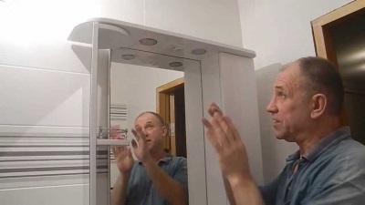 Установка шкафа с зеркалом в ванной комнате