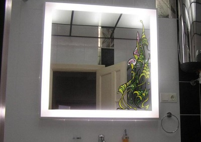 Монтаж зеркала с подсветкой на стену ванной