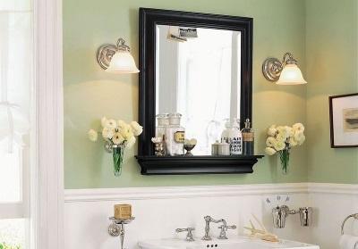 Зеркало с полочкой и подсветкой в ванной комнате