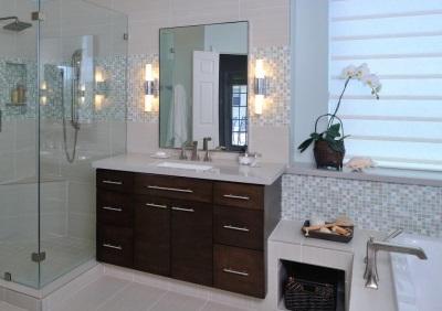 Расположение бра по обеим сторонам зеркала в ванной
