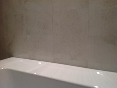 Способы заделки зазора между стеной и ванной
