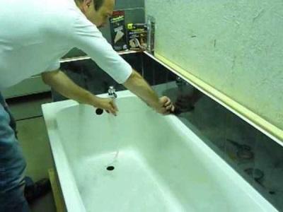 Заделка зазора между ванной и стеной при помощи керамической плитки