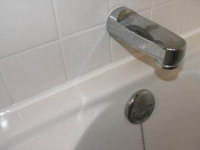 Правила герметизации зазоров между ванной и стеной