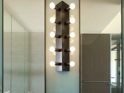 Правила безопасности при установке настенного светильника в ванной