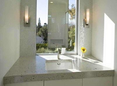 Настенный светильник в ванной