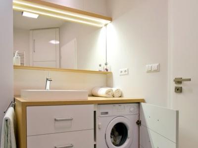 Стиральная машина под столешницей в ванной комнате