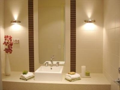 Светильники по бокам от зеркала в ванной