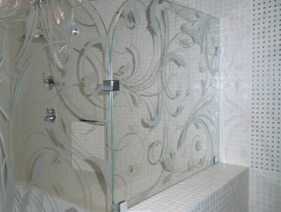 Дизайн жестких угловых шторок для ванны