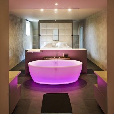 Розовая подсветка в ванне