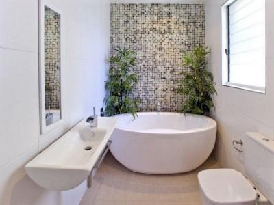 Круглая ванна в небольшой ванной комнате