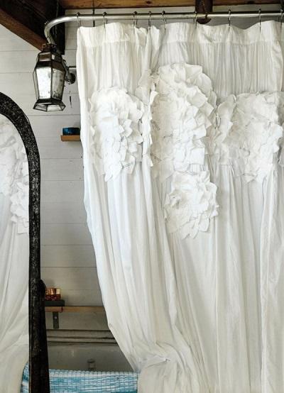 Белая тканевая шторка в ванной с цветами из ткани