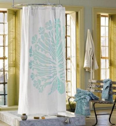Тканевая белая шторка в ванной комнате с большим рисунком