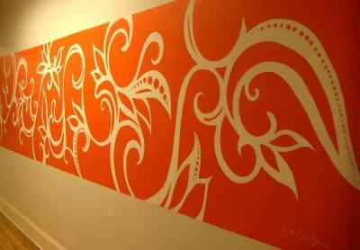 Обратный трафарет (негатив) красного цвета на стене в ванной