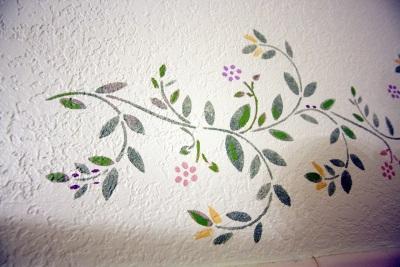 Цветной трафарет на белой стене ванной