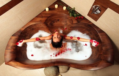 Деревянная треугольная ванна