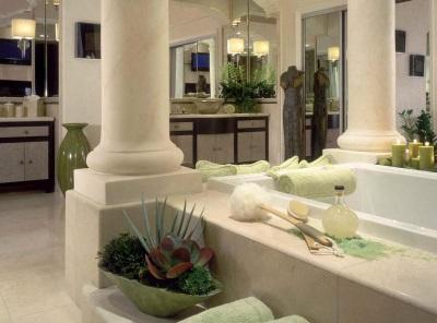 Высокие потолки, колонны, просторное помещение в ванной в греческом стиле