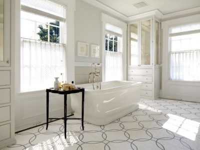 Светлая ванная комната в греческом стиле с меандрой на полу