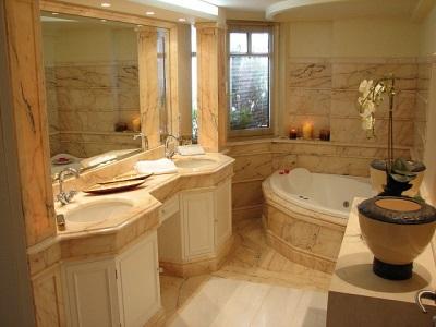 Отделка ванной комнаты мрамором в греческом стиле