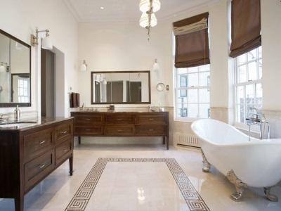 Керамическая плитка с греческим узором, деревянная мебель, люстра и настенные светильники в ванной в греческом стиле