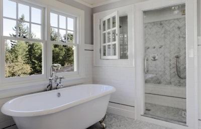Интерьер для ванной комнаты в скандинавском стиле -белая ванна и душевая