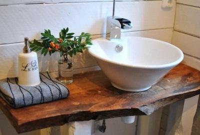 Деревянная мебель в скандинавской ванной