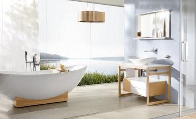 Белая овальная ванна в деревянном каркасе к комплекту мебели для ванной комнаты в скандинавском стиле