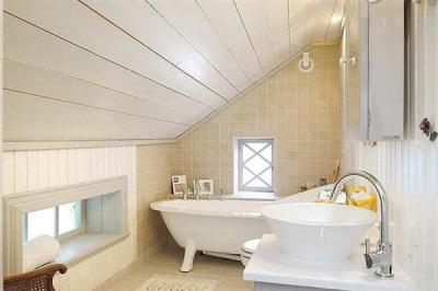 Комбинированные стены облицованные плиткой и деревянной рейкой в ванной комнате в скандинавском стиле