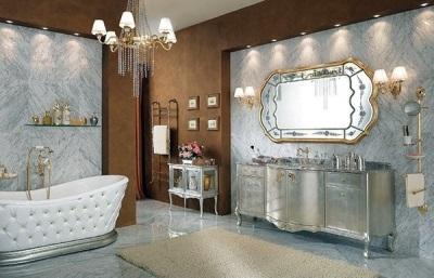 Стиль барокко в ванной комнате в серебристо золотых тонах с большим зеркалом и камодом
