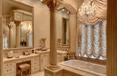 Мраморные колонны в ванной комнате в стиле барокко