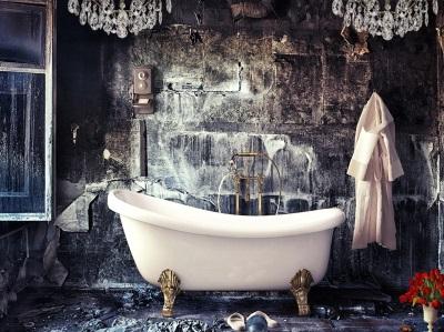 Темная отделка стен ванной комнаты в стиле барокко с белой сантехникой