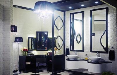 Точечное освещение, люстра и настенные бра в бело-синей ванной комнате в стиле барокко