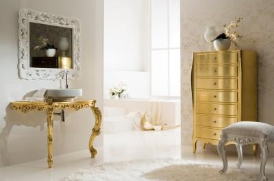 Шкаф, столешница под раковину и оттоманка на изящных ножках в ванной в стиле барокко