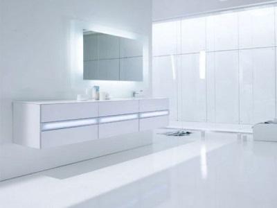 Белая мебель симметричной формы для ванной комнаты в стиле хай-тек