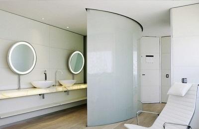Необычный интерьер ванной комнаты в стиле хай-тек