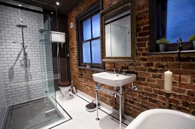 Ванная в стиле лофт - Кирпичная кладка стен, сантехника простых форм
