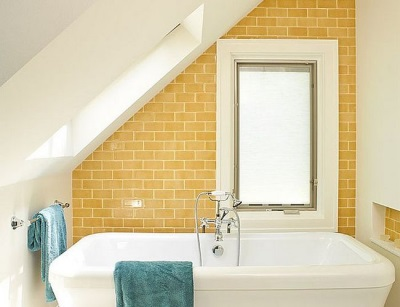 Ванная в стиле лофт с кирпичной и побеленной стеной, с яркими акцентами в виде цветных полотенец