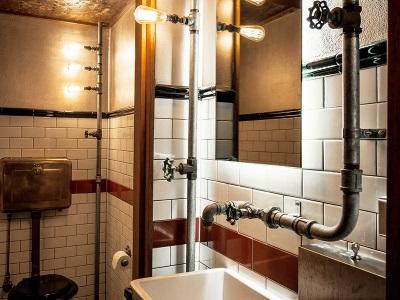 Стиль лофт в ванной - лампы без плафонов, открытые коммуникации