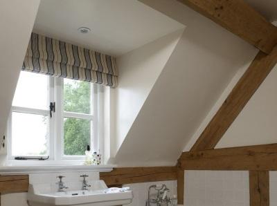 Деревянные балки на оштукатуренных стенах и потолке ванной в стиле лофт