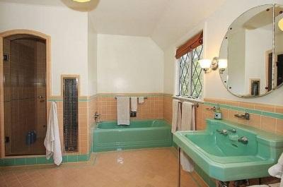 Акриловая ванна в ретро интерьере ванной комнаты