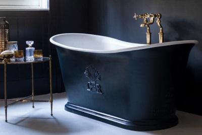 Чугунная ванна в ретро интерьере ванной комнаты