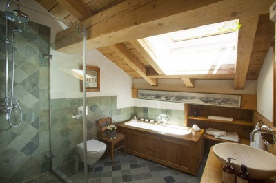 Зеленая плитка на стенах в ванной в стиле шале