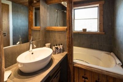 Ванная в стиле шале - сочетание камня и древесины