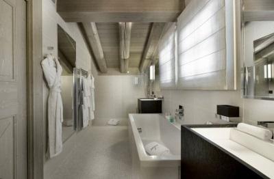 Ванная в стиле шале - спокойная серо-белая цветовая гамма, дерево и камень