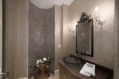 Обои в ванной комнате оформленной в стиле арт-деко