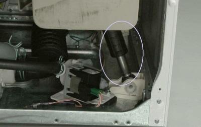 Изношенные амортизаторы стиральной машины - причина плохой работы