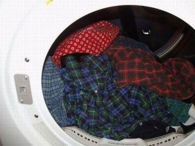 Рассортированное бельё по размеру и цвету для стирки в стиральной машине