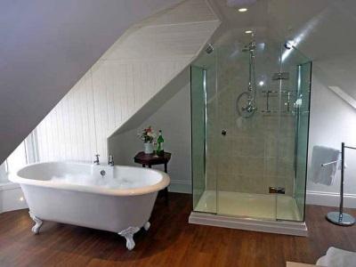 Душевая кабинка из стекла и ванна в одной