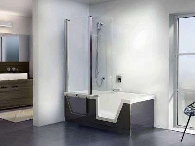 Ванна с душем и душевой перегородкой из стекла