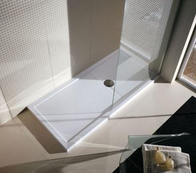 Угловая душевая кабина с низким поддоном из акрила и одной стеклянной перегородкой