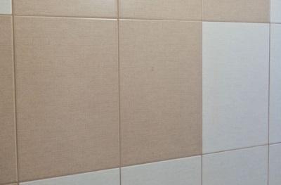 Новая затирка для коричневой и белой керамической плитки в ванной